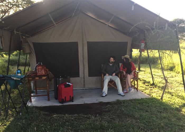 Safari en el serengeti durmiendo en kati kati