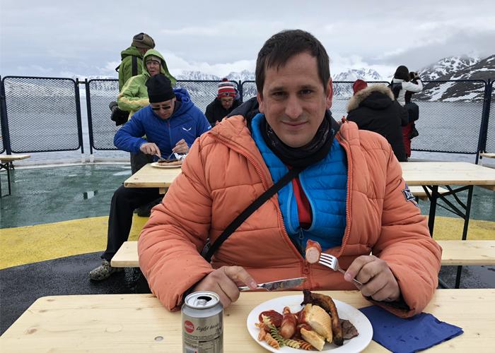 Sele comiendo en el barco en su viaje a Svalbard