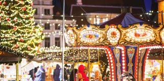 mercadillo navideño europeo con tiovivo