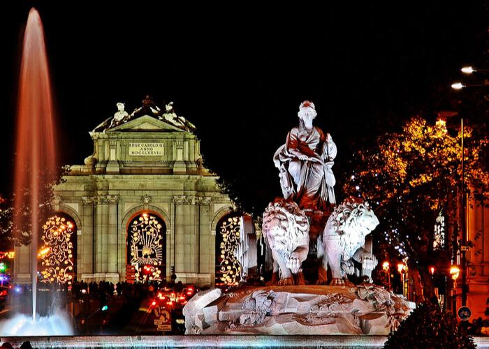 fuente de Cibeles y Puerta de Álcala iluminadas con luces navideñas