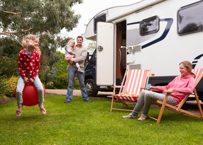 familia disfrutando de su viaje en autocaravana en Estados Unidos