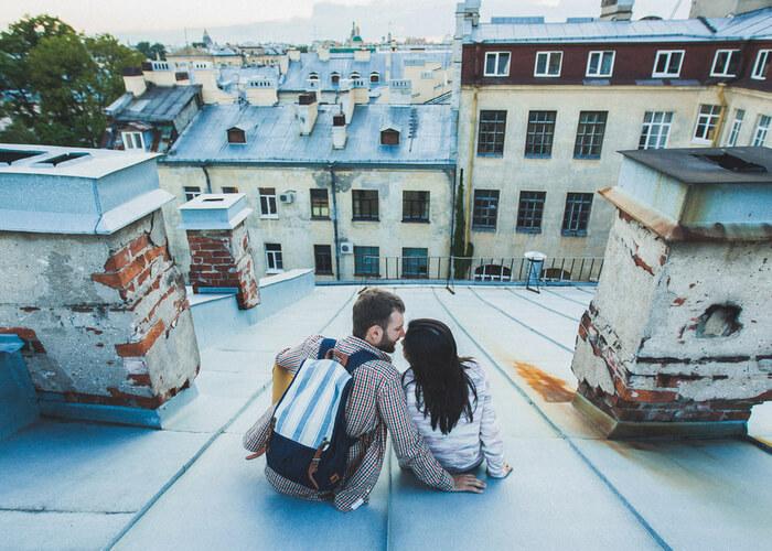 pareja de viaje romántico en san petersburgo y sus tejados